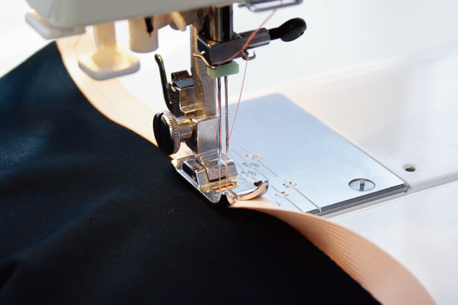 スーツ工場でオーダータキシードを縫製する写真